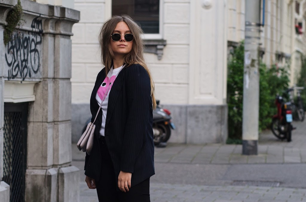 blogger dominique candido wearing ray ban sunglasses commes des garcons t shirt h&m blazer 7 for all man kind jeans and isabel marant slides